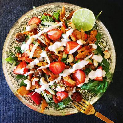 Salat med jordbær og soyakylling